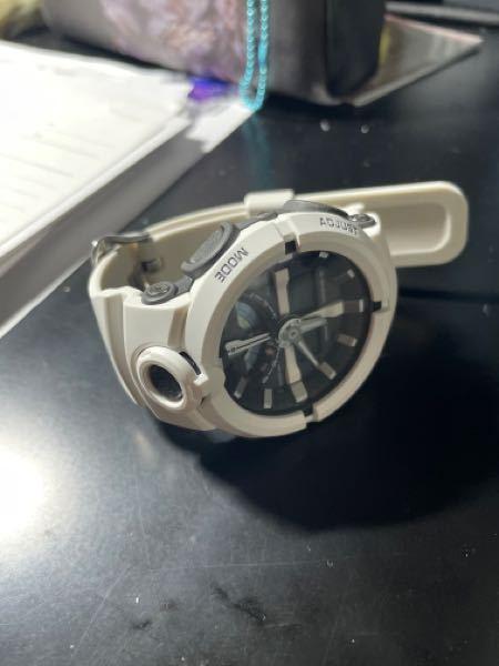 カシオのGA-500-7AJFを使用してるのですが、アナログ時計、デジタル時計共に正しい時間より2分早く進んでいます。 アナログ、デジタルこのふたつのズレ自体はありませんが、それ故に2つとも2分早い時間を示しています。 これの直し方を教えてください。
