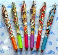 至急回答よろしくお願いします! ディズニーリゾートで購入できる写真の水性ゲルインキのボールペンが描きやすくて好きです。でもキャラクターついてなくて欲しいのですがどこのメーカーのなんて検索すればヒットしますか?