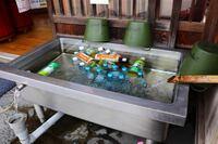 この写真のように駄菓子屋等で飲料水を水で冷やして置いておくことをなんといいますか?またはこの入れ物に名前がついていますか?