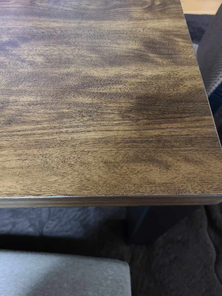 インテリアコーディネートが好きな方、得意な方、詳しい方等に助言頂きたく質問させて頂いております。 120cmのテーブルを購入したのですが、この色味のテーブルに合うテレビ台やカーテンの色で凄く悩ん...
