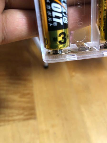 電池について。 こちらの写真の、電池と電池を接触させる バネと金属のものはどちらで売っていますか? また、名称など教えていただけると幸いです。 よろしくお願い申し上げます。