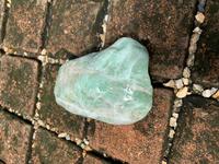 石の種類に詳しい方、教えて下さい。 静岡県東部の海岸で遊んでいたところ、薄緑色のツヤっぽい写真の石を見つけました。 (写真は水に濡れてる状態なので、かなり色が鮮明に出てますが乾くともう少し白っぽいです。) とても綺麗なので、気に入っているのですが何という石なのでしょう? インターネットで調べてみたところ「翡翠」に似た石なので、少し期待してます。 硬度は高く、金ヤスリで形を整えようしま...