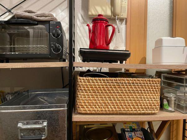 楽天にてユニットシェルフを5台購入しました。 購入して半年、炊飯器しかのせていない棚ですら真ん中が下に曲がってきました。 何ものせていない棚も曲がってます。 対荷重は15キロと記載がありました。 プリント紙化粧繊維板らしいんですが、何ものせていないところですら曲がっているので腹が立っています。 楽天の問い合わせからこれから問い合わせするんですけど、もし向こうが落ち度ないって言ってきたらどう落ち度を責めたらいいですかね? 棚板の全交換、もしくは返金して貰いたいです。 5台も購入しているので泣き寝入りも辛いし他の商品に買い直しもできません。 ワイエムワールドというところのユニットシェルフです。 Amazonの口コミでは他にも棚が曲がってきたとかかれている方がいました。
