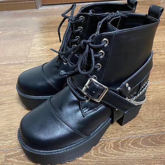 全く同じ靴を探しています!!!!! 画像のものと全く同じ靴を探しています。 去年くらいにアベイルで購入しました。 特徴としては…… カラーは黒、無地でレザーっぽい 厚底のショートブーツ 付け...