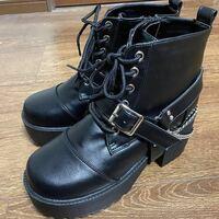 全く同じ靴を探しています!!!!! 画像のものと全く同じ靴を探しています。  去年くらいにアベイルで購入しました。 特徴としては……  カラーは黒、無地でレザーっぽい 厚底のショートブーツ 付け外し可能なベルト&チェーン付き 靴の中は赤チェック柄  履き心地やデザイン、高さや幅細かい所も全て 自分の足にフィットしていてとてもお気に入りな靴です。 他の靴も沢山履きましたがこれ程気に入る靴はあり...
