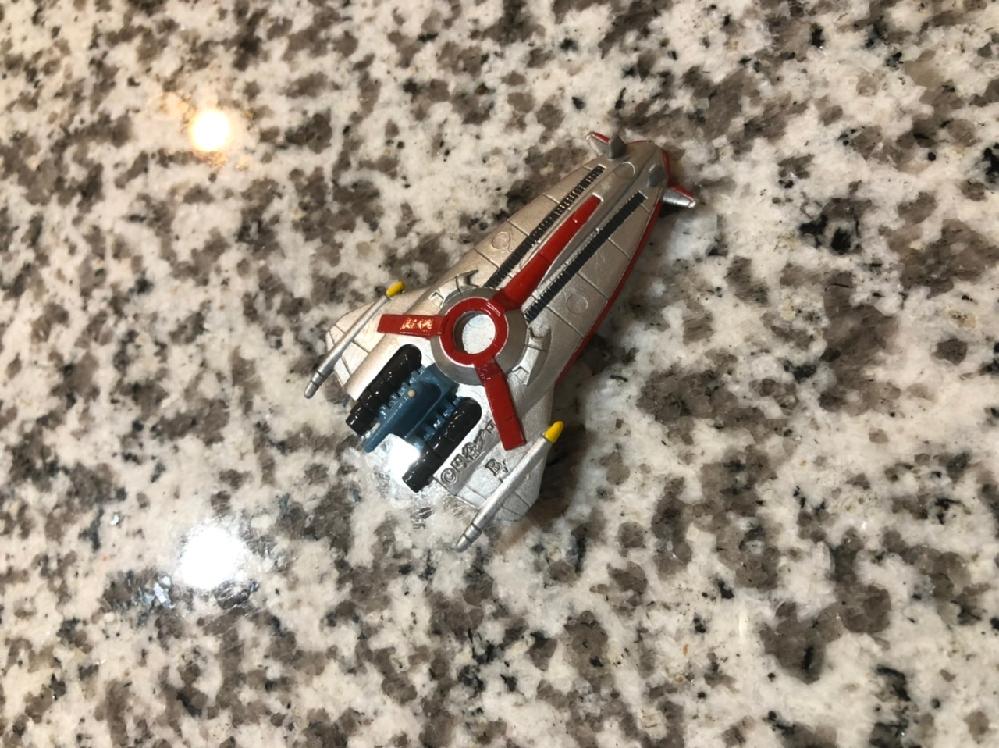 夫の昔のおもちゃ箱を息子にと譲り受けたのですが、名前のわからない戦闘機がありました。これはどの作品の戦闘機でしょうか。 円谷プロと書いてあるのでウルトラマンなのかとは思うのですが、、、。