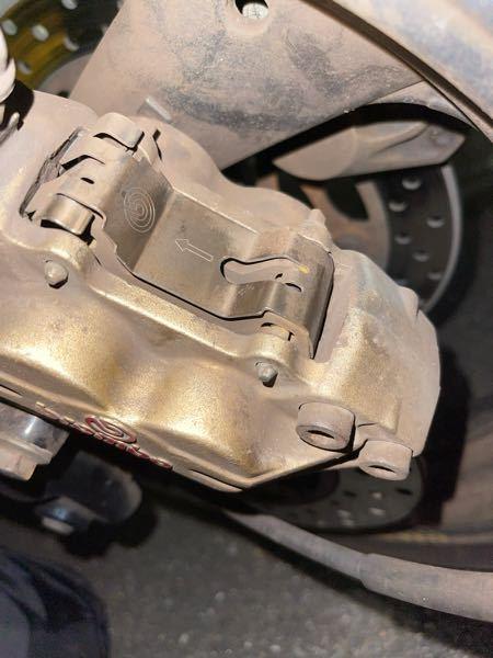 xjr400のフロントブレーキについて質問です。 汚れてるのはスルーでお願いします。 このシルバーの蓋のような部分が走行中カタカタと鳴るようになってしまいました。 ・カタカタとなる原因は何が考えられるのか。 ・素人レベルで解決する方法はあるのか。(部品のネジ閉めるとかのレベルで) ・そもそもこの蓋のようなシルバーのパーツはなんという名前なのか こちらについて知識豊富な方、教えていただけるとすごく嬉しいです。