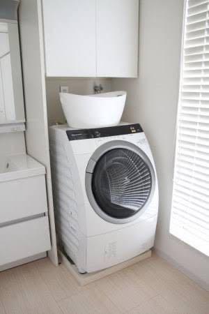 この洗濯機の上にあるランドリーバスケットはどこのものでしょうか?