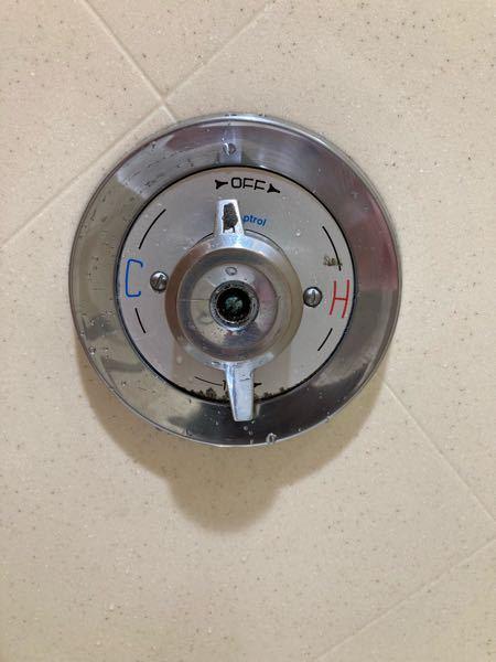 至急です。 今アメリカのホテルにいるんですけど、このタイプのシャワーの出し方がわかりません。左回しにしても下のバスタブの蛇口から水が出るだけです。右回しは絞まるだけです。助けてください。