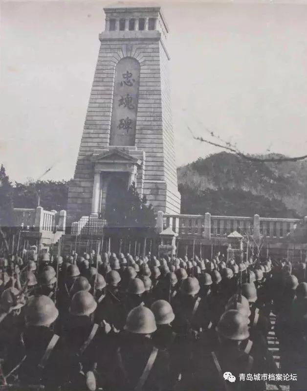 """日军接管后在青岛神社和""""忠魂碑""""四周遍布岗哨,戒备森严并设立禁区,严禁中国百姓靠近。 太平洋战争爆发后,随着日本的国力逐渐衰落,为了维持所谓的""""大东亚圣战"""",这里更加成为日军法西斯鼓吹战争制胜论..."""