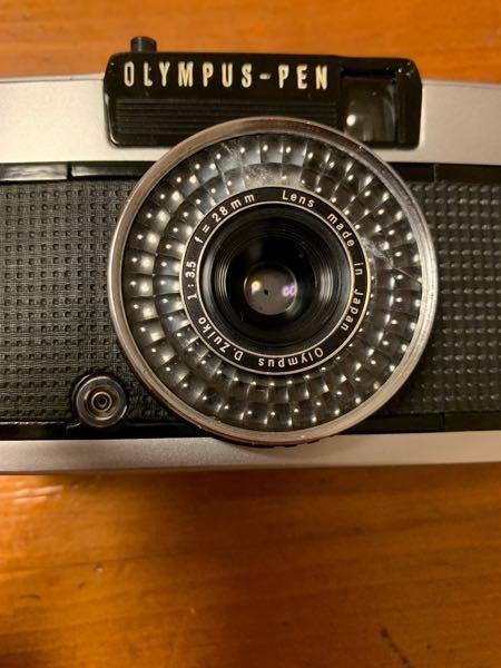 フィルムカメラについて Olympus pen-ee3をおじいちゃんの家からもらって帰ってきたのですが、セレンの部分が写真のように白っぽく濁っています。写真だと左側です 濁っている箇所は全体の約4割ほどです。濁っている部分を隠して部屋の光の方を向けてシャッターボタンを押すとシャッターを切れますが、濁っている部分以外を隠して部屋の光の方を向けてシャッターを押しても赤ベロ?が出てきてシャッターを切れません。(iso感度400の時だけは切れます) その他の機能(シャッタースピードや絞りなど)は問題なく使えていると思います。 おじいちゃんのものなので大切に使いたいのですが、修理に出すべきですか? それとも、そのままや、iso感度をフィルムよりも一感度分落としたりすれば修理せずに使えるのでしょうか?