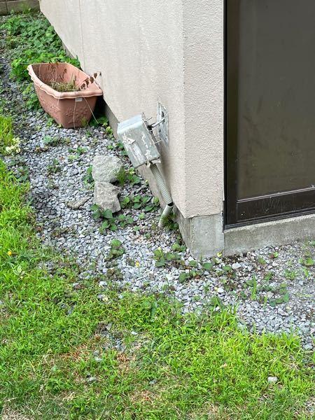 家の車庫の電気なんですが、外壁の電気ソケット? みたいな奴が毎年毎年雪国なので、雪の重さで壁から離れてしまい困ってます。これは電柱から線を引っ張っていて、コンクリートや砂利石の下を引っ張ってます。これを近いうち工事して直したいと思っておりまして。これを外ではなく中に入れるとか、なんかいい案教えてほしいです。頼むのは電気屋ですよね?