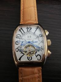 フランクミューラーと書かれた腕時計が出てきました でもこれやはり偽物ですよね 日付が39とかありえないですよね 一番上のボタンをポチポチ押すと日付が進みます