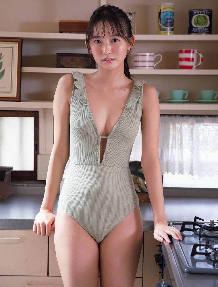 女性に質問です。私には画像の女性が着衣の下にアンダー(インナー)ショーツを穿いているように見えるのですが、違いますか?