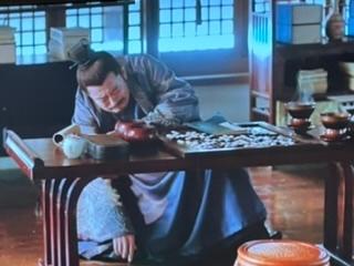 ドラマ『明蘭〜才媛の春』 一瞬の仕草が何を表しているのか教えていただけますか? 意図していることなど何回観ても理解できませんでした… 最近の回で、明蘭が父親に母親の話をして立ち去るシーンの碁石を...