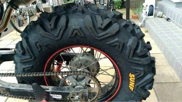 YAMAHA TW200のタイヤについて失礼です。 タイヤをバギータイヤのゴツゴツしたイカツイタイヤに交換したいと思っていますが、どのサイズが合いますか? スイングアームノーマルです。 バギータイヤに変えたらスイングアームこすれてしまいますか? そしてお勧めのタイヤ教えてください。
