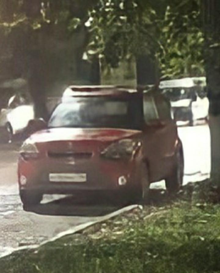 【車に詳しい方教えていただけますか?】 下記の画像の赤いラパンのようなコンパクトカーはなんと言う車種でしょうか? ロシアの方からもらった画像です。 拡大したので、画質が粗くなってしまいましたがどなたかわかる方いましてら教えていただけますか? 宜しくお願いします。