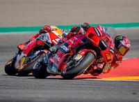 2021年MotoGP第13戦アラゴンGPでドゥカティのバニャイアにホンダのマルク・マルケス選手が距離を詰めてもコーナーの立ち上がりで簡単に引き離されてしまうのはナゼですか? ・・・・・・・・・・・・・・・・・・・・・・・・・・・・・・・・・・・・   よく分からないのですが。 排気量がドゥカティのが大きいとか車重が軽いのでしょうか。  それともマルケスがビビッてアクセル開けられないからなの...