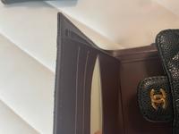 メルカリでシャネルのマトラッセの折り財布を購入しました。 ギャランティカード、シリアルシールもありみたところ怪しいところはなかったのですが カード入れの内側がこのような色なのですが…偽物なのでしょうか?