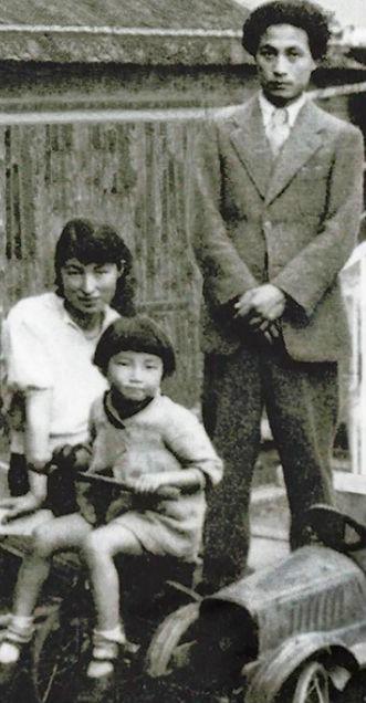 この画像の少女は黒柳徹子さんだそうですが、両親もハイカラで現代の人と変わらないと思いませんか?