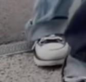 この靴がどこのかご存知の方おしえてください! コンバースかと思って沢山調べたのですが、爪先にボーダーラインが入ってるものがなかったので、コンバース以外だと思われます、、。 靴やお洋服に詳しい方よ...