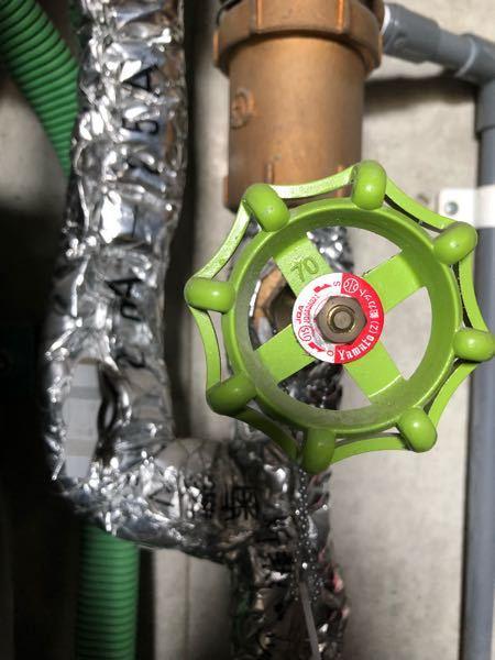 教えてください。 止水栓って、この緑のやつですか? これを右に回すと止まるという認識であってますか?