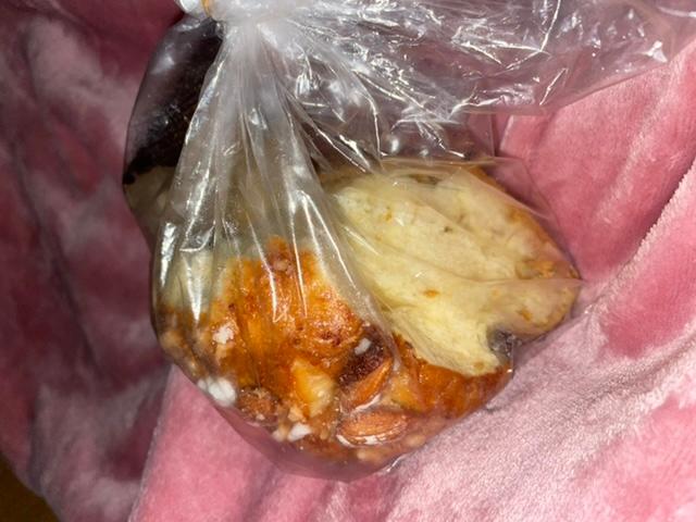 数日前に新宿の小田急のデパ地下で買ったパンの詳細が知りたいです。 臨時で出店している店舗で購入したパンです。1個がとても大きく、半分になっているもの(それでも大きい)を500円くらいで買いました。 オ