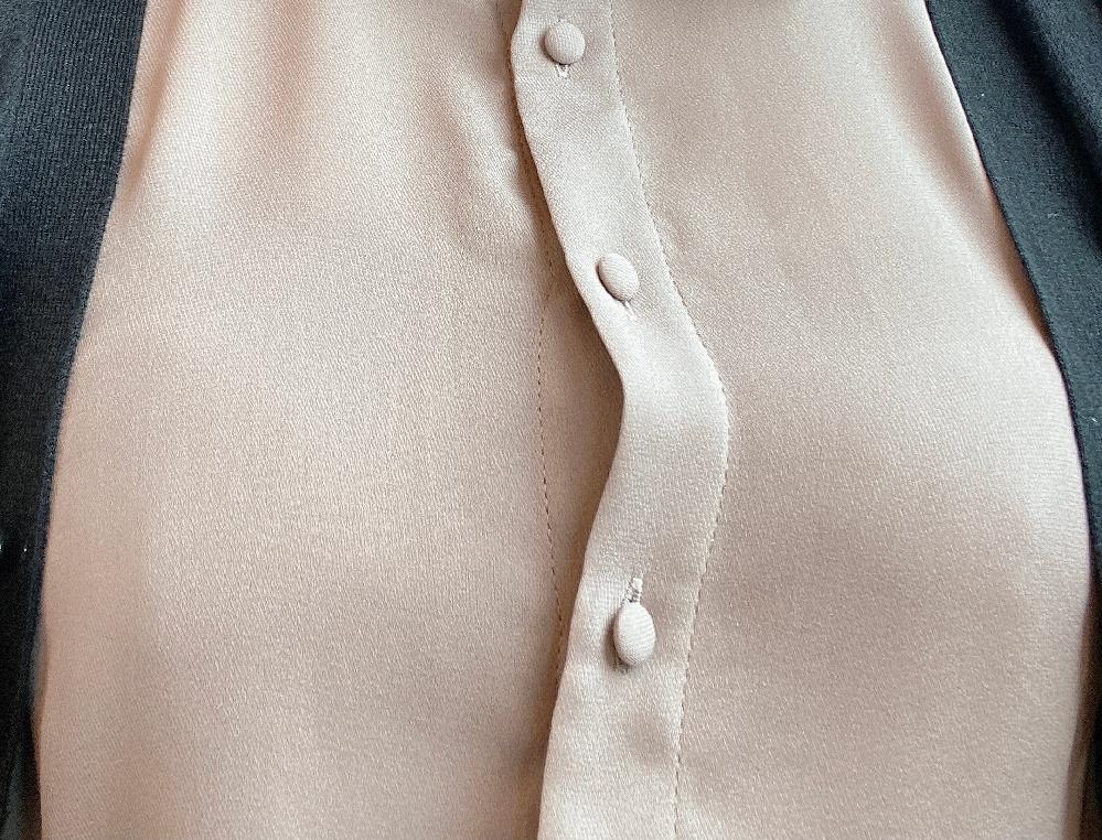 シャツを着たときの胸元のヨレってどうしたらなくなりますか? 添付写真ご覧いただくとわかりやすいかと思うのですが、ちょうどバストの箇所のボタンが引っ張られてヨレてしまいます。 あんまり綺麗じゃないし、シュッと見せたいのですが…。 ちなみに洋服はフリーサイズです(20代向けのブランドなので作りはどちらかというとタイトかも)。 バストサイズも大きいわけではなく、下着も盛り系ではなくナチュラルめなものをつけているのですが…。 いいアイディアがありましたらぜひ教えていただきたいです。 ※下品なご回答はお控えください