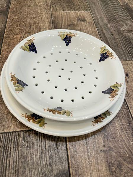なぜ、上のプレートには穴が開いているのでしょうか? こういった種類の皿に名前はありますか? (例えばサラダボウルやディナープレートというように…) わかる方教えてください。