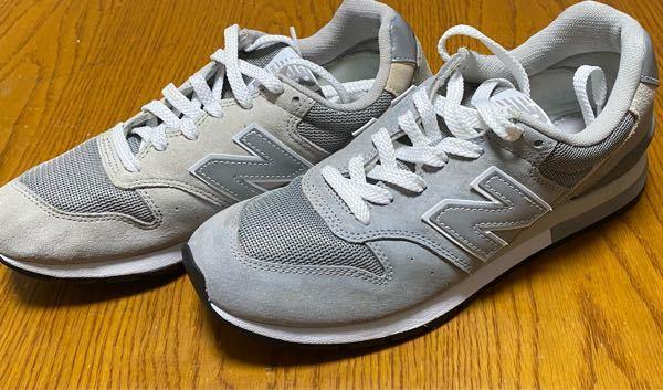 スエード靴を元の状態に戻す方法を教えてください 閲覧ありがとうございます。 自分はadidasのニューバランス996モデルのグレーを持っているのですが、数ヶ月前に洗ったら状態が悪化してしまいました