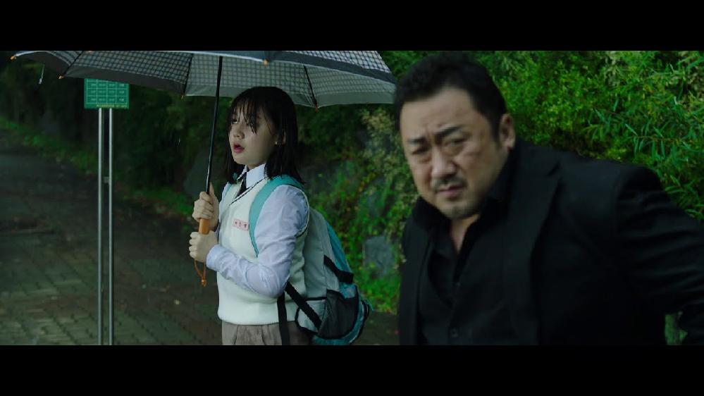 映画「悪人伝」で分からないところが あります。連続殺人犯が、この女子高生 を殺したのは以前おそった組長の傘を 彼女が持っていたので餌食にした のでしょうか。