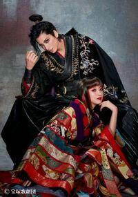 宝塚初心者です、、! この画像のお2人のビジュアルに一目惚れしてしまいました。お名前はなんとおっしゃるのでしょうか?