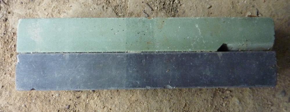 砥石の粗さの見分け方について教えていただきたい事があります。 画像に添付したのは私の自宅にある砥石です。 鎌などの刃を研ぐために使うモノだと思うのですが、画像のように砥石が2つ(上の水色っぽい砥石、下の黒っぽい砥石)に分かれています。 それで、砥石には粗さが色々あって、最初に粗いほうで研いで、その後の仕上げに細いほうを使うのだと思います。 画像のような砥石はどちらが粗くて、どちらが細いのでしょうか?