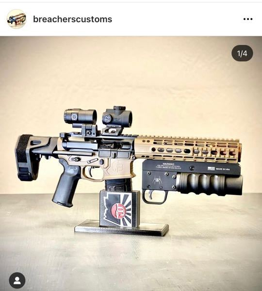 民間の銃に取り付けてあるグレネードランチャーについて こんにちは。ミリタリー知識ほぼゼロに近い人です。 民間銃に取り付けてあるグレネードランチャーのようなものをインスタの投稿で見つけたのですが、この銃以外に取り付けている画像を見たことがありません。 民間人がグレネードランチャーを取り付けることは可能なのですか? もし取り付け可能であれば長さの制限などあるのでしょうか。 最後に民間のカスタムパーツメーカーの銃を見るのに最近ハマってます。なにかおすすめのメーカーがあればぜひ教えてください。