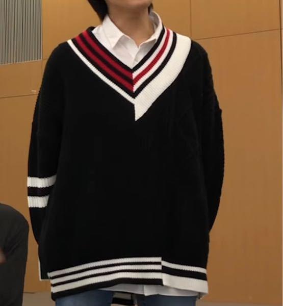 この洋服のブランドや、商品名わかる方いませんか? 調べても分からないので、知ってる方いらしたら教えてください。 服 Vネック ニット 白 黒 赤