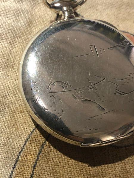 懐中時計のケースで写真のようなものを持っています。一心刻と書かれているように見えるのですが、このケースについてどなたかご存知の方いらっしゃいませんでしょうか?材質はシルバーのようです。