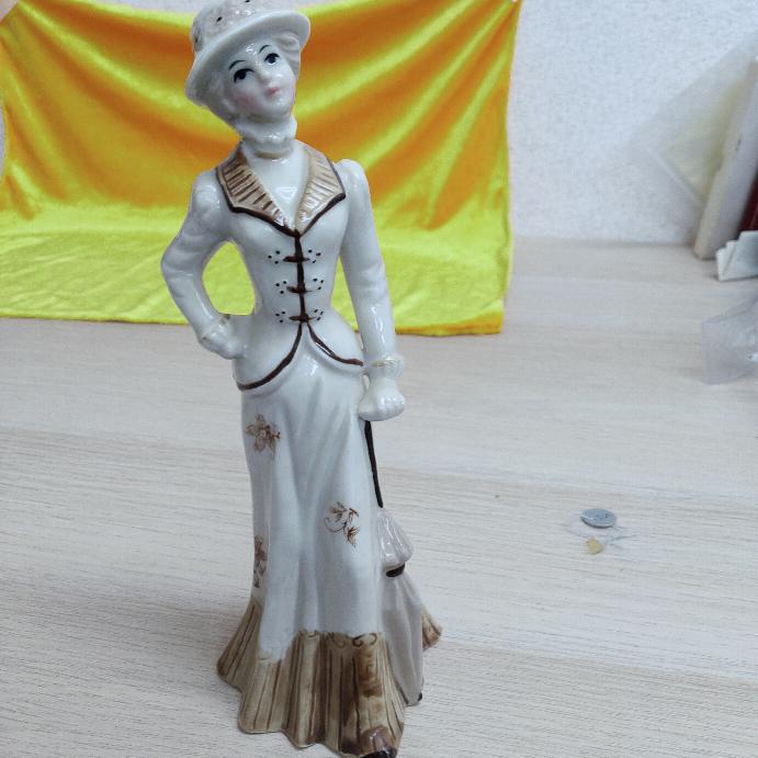 大至急お願いします これってなんの人形か分かりますか? ただの陶器の人形ですか? イタリア製とあります。