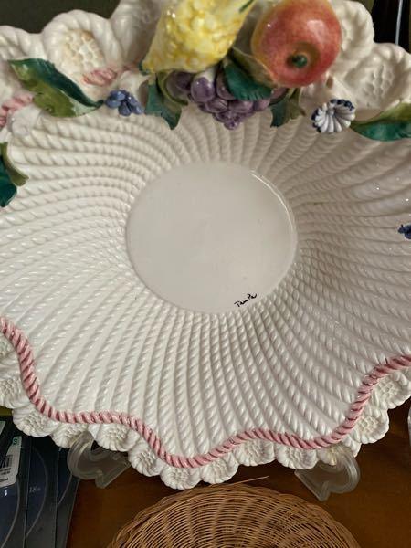 質問失礼します。 こちらの飾り皿、メイドinイタリアと書いてあります。 作り手などわかりますか。 よろしくお願いします。