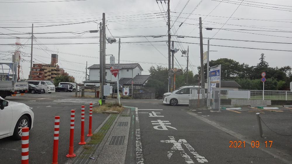 車で交差点に差し掛かろうとしています。 自分の車は細い道を走っていて目の前、左右に交差しているのが大通りです。 見ると大通り側には自動車用の信号があり、細い道のほうには歩行者用の信号があります。 細い道側には自動車用の信号がないので、歩行者用の信号が赤(大通り側が青)でも一時停止して左右を確認してOKなら交差点に進入しても良いのでしょうか? ちなみに私は、この道は今まで何回か通ったとこがありますが、歩行者用信号ということは気にせず、赤なら車でもいつも停まっていました。 (画像が小さくて観にくかったらごめんなさい)