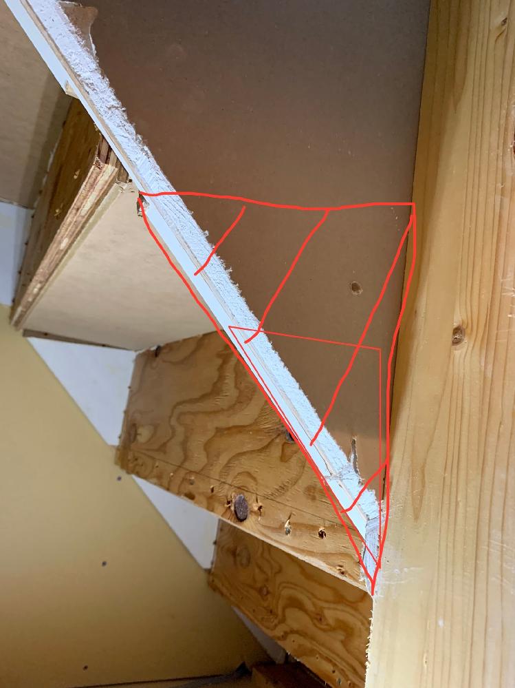 階段下収納を作成中なのですが、入り口を少し広くしたい為赤線部分の階段支持材?をカットした場合耐久性的に問題ありますでしょうか? ご教授お願い致します。