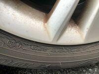 タイヤ交換について質問です。 現在、走行距離2万キロ弱、四年半経過したタイヤです。溝は充分にありますが、クラックができておりタイヤ交換するかどうか考えています。 画像の状態ですが、もう交換時期でしょうか?この状態では半年後に控えた車検を通すのは難しいでしょうか?