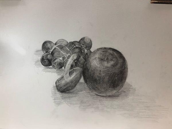 りんごときのこと葡萄をデッサンしている途中です。この後どこに手を加えたらもっといいデッサンになりますか?教えてください!