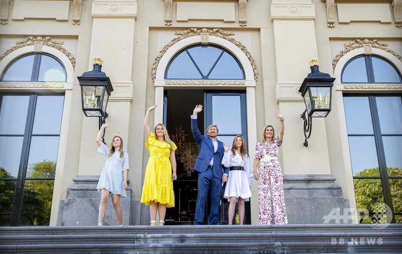 オランダでは、王族の方が気軽に買い物に出かけているのですか? 護衛もなし? . オランダ王室は現在のオランダ国民たちからとても高い人気を博しているそうです、皇室を抱える日本としても国民たちの想いは同じでしょうし、とても良いことであると思います。 そんなオランダ王室ですが、あることを聞きました。 オランダ王室はとても開かれた王室であり、王族の方々もとても一般国民との感覚に近い。 そのために、王位継承権を持つ王族の方や時には女王陛下自身が、あまり護衛もつれずに堂々と宮殿近くのスーパーに買い物に行ったこともあるくらいだとか! とても日本では考えられないですよね、皇室の方々が近所のスーパーに気軽に買い物に行くなんてw 良くも悪くも。 ですがどうなのでしょう、上記の事って真実なのでしょうか? オランダ王室はそこまで一般のオランダ国民に近い感覚であり、開かれた王室なのですかね。 それとも誇張された話ぽいのですかね? いくらオランダ国民から慕われていても、テロの標的にされてしまう可能性も残るから、オランダ王族の方がほとんど護衛もつけずに近所に買い物なんてまずないことなのでしょうか? オランダ王室に関心のある方など、ぜひ皆様のご意見をお聞かせください。