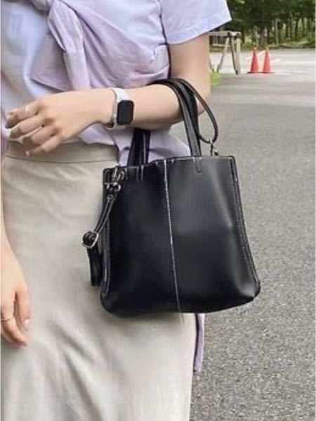 至急! 写真に写っている黒のバッグのブランド教えてください!