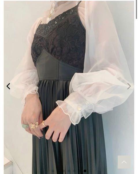 友人の結婚式の服装について質問です。 写真のレザーのキャミワンピースを着ていこうとしているのですが、レザーやキャミワンピースは結婚式には不向きでしょうか?