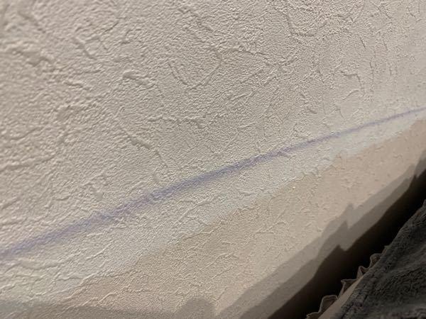 今日ベッドの模様替えしようとマットレスをどけたら、以前使っていたベッドカバーの色が壁に付いちゃいました 取る方法を教えて欲しいです