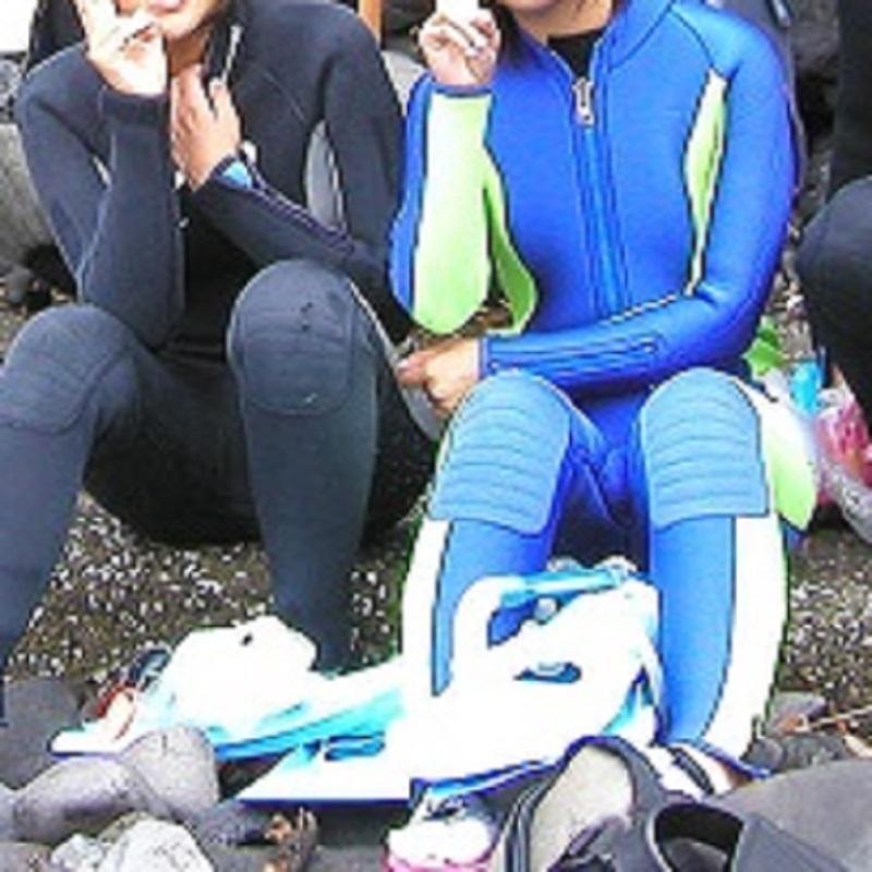 写真の青いウェットスーツかっこいいですか?