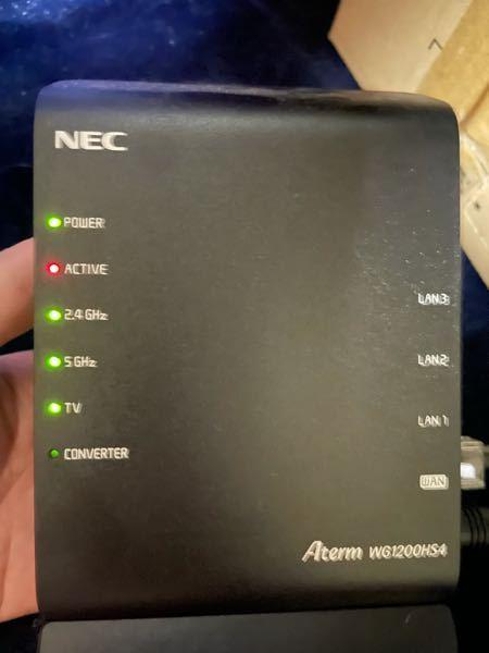WiFiのことで質問です ソネット光を契約してるのですが、急にWiFiが繋がらなくなりました、ルーターを見て見たらActiveと書かれたランプが赤くチカチカ点灯してるのですが、これはどういう事な...