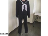 女子スラックスが導入されるのはいいことだと思いますが、セーラー服だとちょっとダサすぎだと思いませんか。 写真のものは名門高校の冬服だそうです。