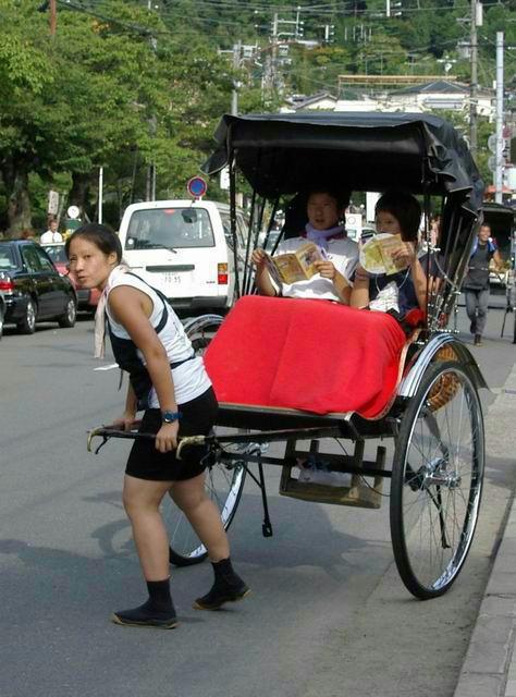 京都、嵯峨野、清水寺で運行されている人力車っていくらするのですか? 人力車って1台380万円します。タクシーの2倍もする高級車です。 沖縄 竹富島の牛車って料金がいい加減で乗り合いで空き席が有ればかなり安く載せてくれるらしいです。